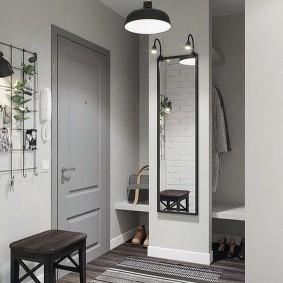 Прямоугольное зеркало на стене в коридоре