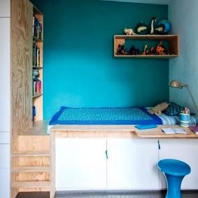Синие стены над спальным местом