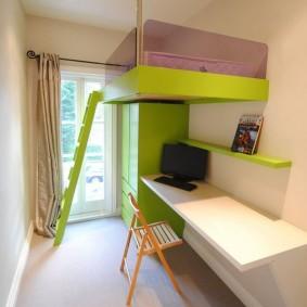Кровать-чердак в узкой комнате