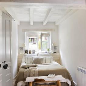 Узкая спальня в белом цвете