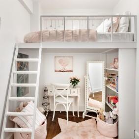 Двухъярусная комната небольшого размера