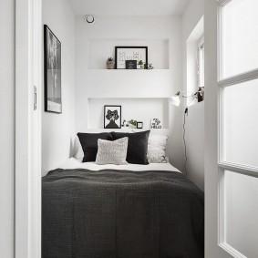 Серое покрывало на узкой кровати