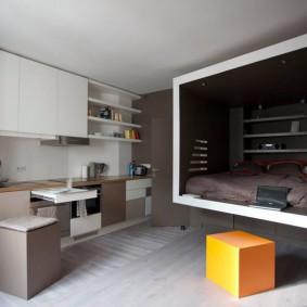 Спальное место в нише квартиры студии