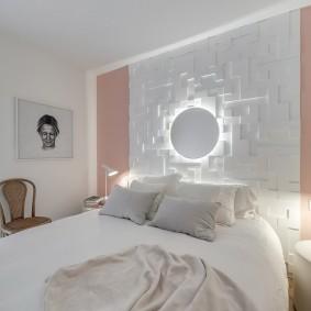 Декоративный светильник над кроватью в спальне