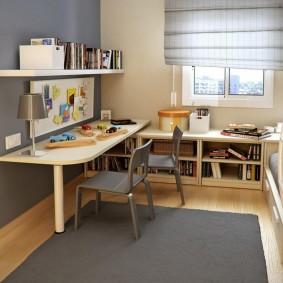 Рабочий стол ребенка в небольшой комнате