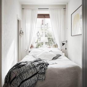 Светлые шторы на окне спальни