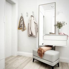 Подвесная мебель в светлом коридоре