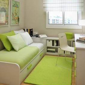 Зеленый коврик на полу в детской
