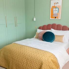 Бирюзовые стены в комнате с кроватью