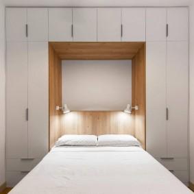 Встроенная мебель в очень маленькой спальне