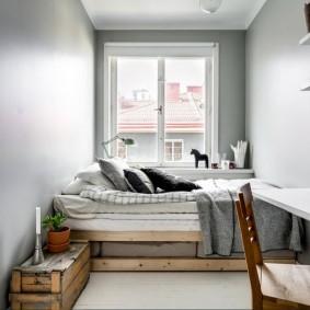 Кровать на основании из деревянных поддонов