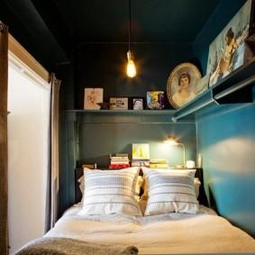 Темный потолок в небольшой комнате