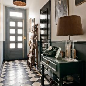 Ретро мебель в узком коридоре