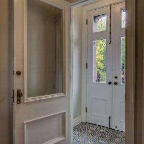 Небольшой тамбур перед входной дверью