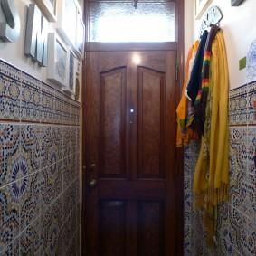 Керамическая плитка на стене в коридоре