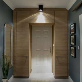 Встроенные шкафы вокруг входной двери