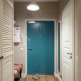 Синяя дверь в прихожей городской квартиры