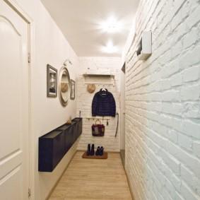 Длинный коридор с обоями под камень