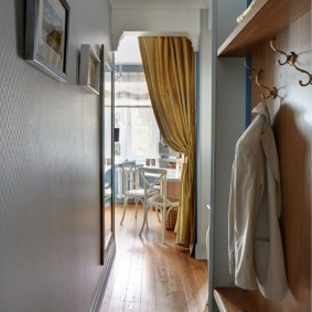 Плотная штора на дверном проеме в кухню