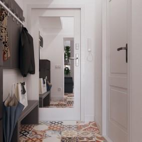 Зеркало на полотне двери в двухкомнатной квартиры
