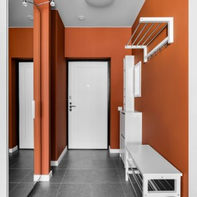 Коричневые стены в небольшом коридоре