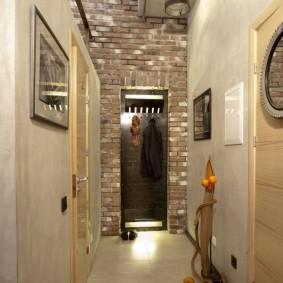 Светлый наливной пол в длинном коридоре