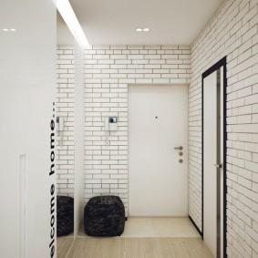 Кирпичная отделка светлого коридора