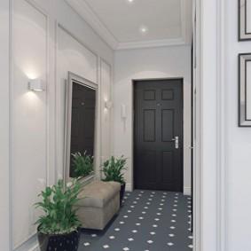 Серая плитка на полу в коридоре