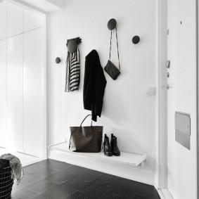 Крючки на стене вместо вешалки для одежды