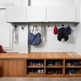 Подвесной шкафчик белого цвета
