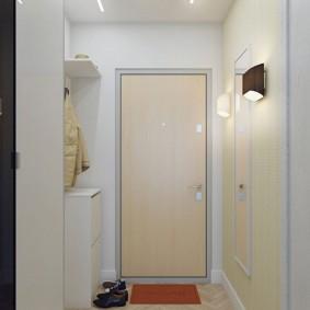 Светлая отделка входной двери в прихожей
