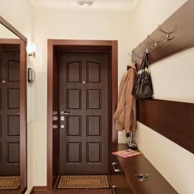 Коричневая мебель в коридоре квартиры