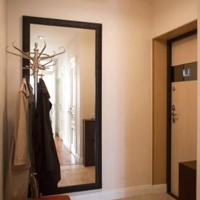 Большое зеркало на стене прихожей