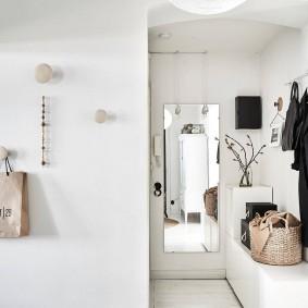 Белая отделка стен в маленьком коридоре