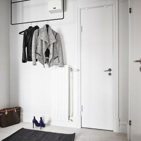 Простая вешалка для пальто и курток