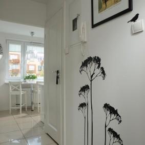 Черные рисунки на белой стене