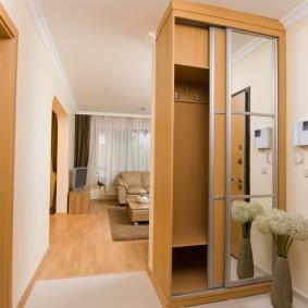 Двустворчатый шкаф вместо перегородки в коридоре