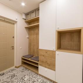 Встроенный гарнитур в стене прихожей