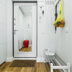 Обувница с металлическими перекладинами в коридоре