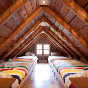 Узкие кровати в мансардной спальне