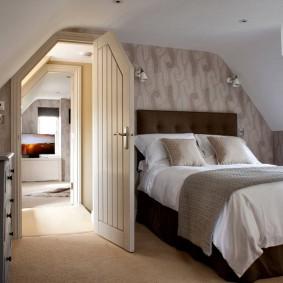 Дверь со скошенным уголком в мансардной спальне