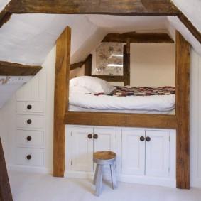 Высокая кровать в мансарде с двускатной крышей
