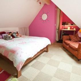 Встроенный гардероб в мансардной спальне