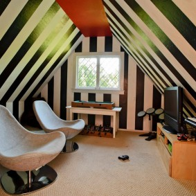 Полосатая окраска стен и потолка в мансарде