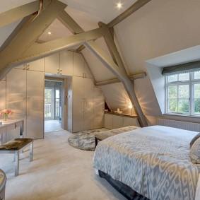 Просторная спальня на обжитом чердаке