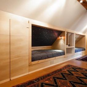 Встроенная мебель в мансардной комнате