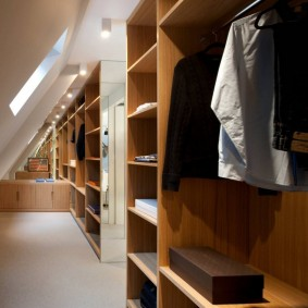 Гардеробная комната на чердаке частного дома