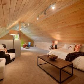 Освещение мансарды с деревянным потолком