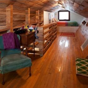 Деревянный пол в мансардной комнате