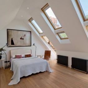 Спальная комната с мансардными окнами
